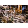 Εσωτερικός στολισμός εκκλησίας ροή στον διάδρομο και μπουκέτα στα κολωνάκια