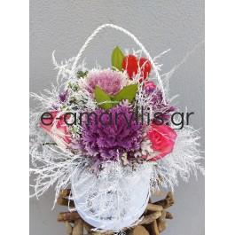 Χάρτινα λευκά και μαύρα κουτιά με συνθέσεις λουλουδιών σε διάφορα χρώματα