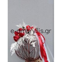 Χειροποίητη πλεχτή μπάλα με κόκκινα τριαντάφυλλα