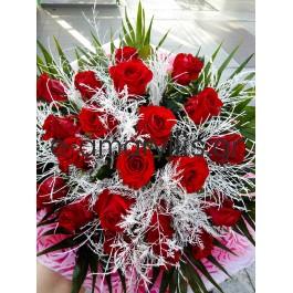 Μπουκέτο με κόκκινα τριαντάφυλλα και λευκό τρίφερ