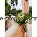 Εξωτερικός στολισμός με ξύλινες βάσεις και ροή με πανιά χρώματος σομόν και λευκό