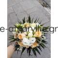 Νυφική ανθοδέσμη με λευκά και σομόν λουλούδια