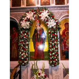 Στολισμός εκκλησίας με κόκκινους χρωματισμούς