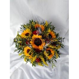 Κατασκευή λουλουδιών με ηλιοτρόπια και κόκκινα τραιντάφυλλα