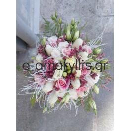 Νυφική ανθοδέσμη με ένα ιδιαίτερο ροζ τριαντάφυλλο