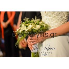 Νυφική ανθοδέσμη με κάλες λευκές και λευκά μινιόν τριαντάφυλλα